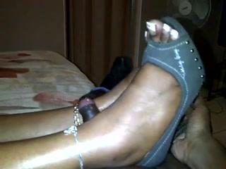 Негритянка подарила любительский фут фетиш обладателю чёрного члена