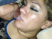 Негр после домашней мастурбации чёрного члена кончает на лицо толстухи