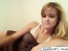 Ухоженная блондинка разделась для любительской мастурбации по вебкамере