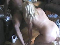 Упитанная зрелая блондинка ублажает негра любовника ртом и влажной киской