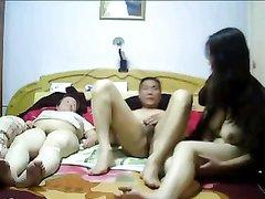 Скрытая камера записала домашнюю сцену молодой азиатской пары и зрелой толстухи
