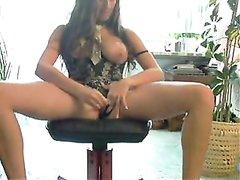 Грудастая домохозяйка на вебкамеру сняла мокрые трусики и дрочит дырку