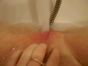 Молодая девушка для любительской мастурбации использует струю воды в ванной