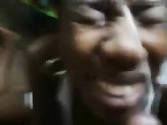 Негритянке от первого лица кончают на лицо крупным планом похотливые любовники