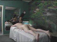 Смуглая массажистка готова снять купальник и ублажить богатого клиента