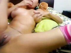 Студентка с большими сиськами на вебкамеру стонет от любительской мастурбации