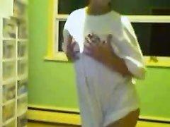 Худая девушка на вебкамеру разделась в ванной и показывает прелестную фигуру