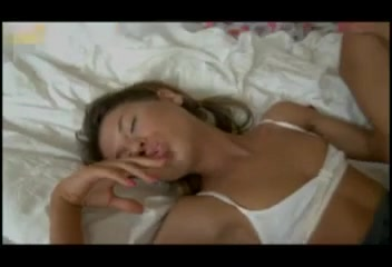 Стройная русская девушка в постели развлекается с анальным любовником