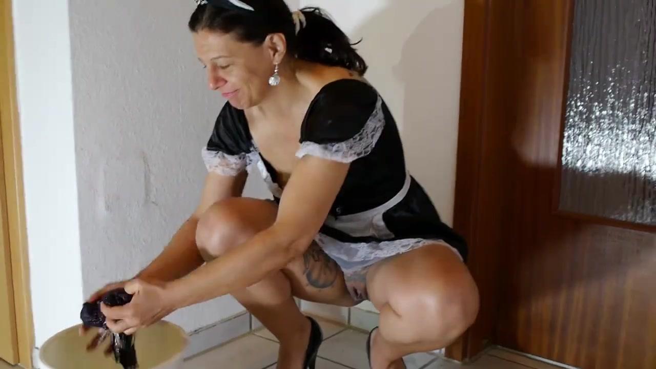 Зрелая горничная убираясь в комнате разделась для любительской мастурбации