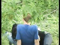 Молодая азиатка в общественном парке строчит любительский минет русскому парню