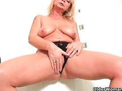 Зрелая блондинка в домашней соло сцене раздевшись показывает киску крупным планом
