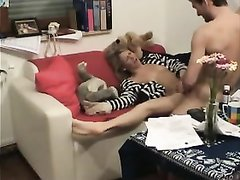 Худая блондинка пред скрытой камерой кувыркается с любовником на диване