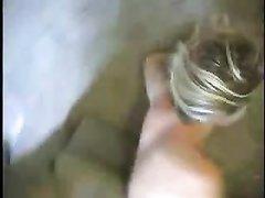 Грудастая блондинка лёжа головой вниз делает глубокую глотку напарнику