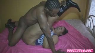 Зрелой и толстой негритянке анальный любовник кончил внутрь из чёрного члена