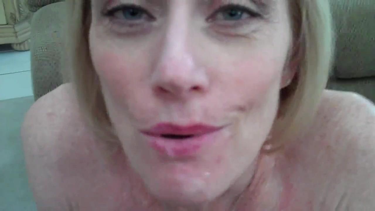 Крупный план любительского минета от первого лица с окончанием на зрелую блондинку