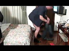 Скрытая камера снимает домашний куни сделанный парнем зрелой брюнетке