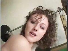 Молодая и кудрявая красотка с маленькими сиськами в сцене с домашним буккакэ