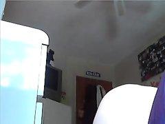 Молодая домохозяйка на вебкамеру крупным планом показывает анус и киску