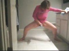 Зрелая домохозяйка предалась любительской мастурбации стоя на кухне