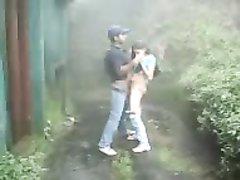 Белая шлюха на улице спустив штаны сделала любительский минет смуглому парню