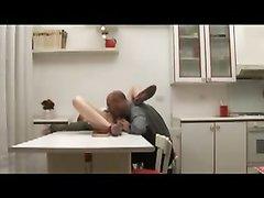 Ловелас после любительского куни трахает рыжую итальянку в рот и киску