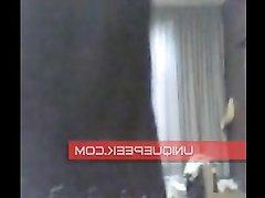 Красотка танцует домашний стриптиз перед вебкамерой полностью раздеваясь