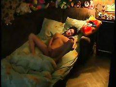 Скрытая камера снимает домашнюю мастурбацию молодой и фигуристой леди
