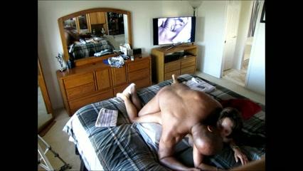 Белая леди перед скрытой камерой подставила зрелую киску для чёрного члена