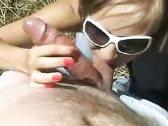Молодая незнакомка под открытым небом глотает сперму после домашнего минета