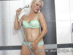 В душе зрелая блондинка для любительской мастурбации использует воду