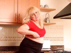 Упитанная зрелая блондинка в чулках раздевается в домашней соло сцене