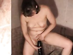 Женщина с маленькими сиськами для любительской мастурбации купила чёрный фаллос