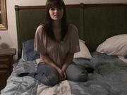 Стройная брюнетка перед скрытой камерой предалась домашней мастурбации