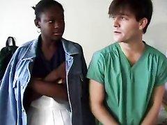 Негритянка с маленькими сиськами долбится с белым любовником в шоколадную киску