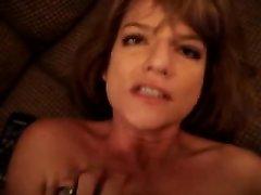 Рыжая домохозяйка трахается в анальную щель и берёт член в рот для окончания