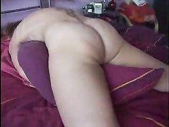 Подглядывание за домашней мастурбацией татуированной дамы с круглой попой