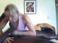 Зрелая блондинка делая эротический массаж подарила негру домашний минет