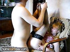 Русская блондинка в чулках перед любительской скрытой камерой изменила мужу