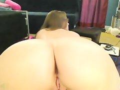 Красотка с круглой попой встала на карачки перед вебкамерой крупным планом