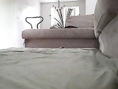 Шлюха с большими сиськами перед домашней вебкамерой ублажает клиента