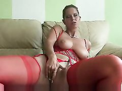 Молодая леди в чулках в домашней сцене трогает большие сиськи и дрочит бритую киску