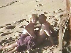 Любительская запись со зрелой парочкой на пляже сделана скрытой камерой