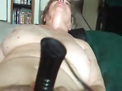 Зрелая развратница для любительской мастурбации использует интимную игрушку