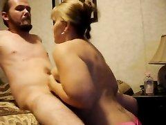 Минет и любительская мастурбация члена с окончанием на сиськи зрелой блондинки