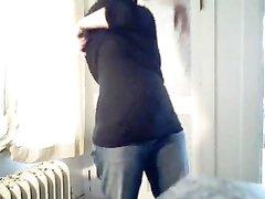 Грудастая и упитанная домохозяйка полностью разделась перед вебкамерой