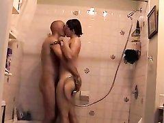 Подглядывание по скрытой камере за немецкой парой трахающейся в ванной