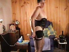 Возбуждающая соло сцена с домашней мастурбацией зрелой толстухи в чёрных чулках