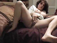 Фигуристая зрелая дама ради сквиртинга предалась домашней мастурбации