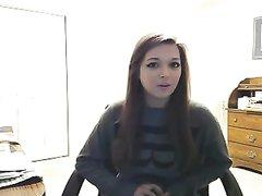 Молодая красотка с большими сиськами перед вебкамерой исполнила домашний стриптиз