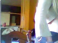 Молодая блондинка на вебкамеру показывает идеальные сиськи и бритую киску